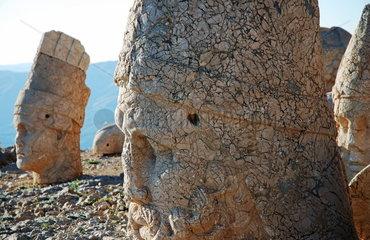 Statuen auf der Westterasse des tuerkischen Nemrut Dagi