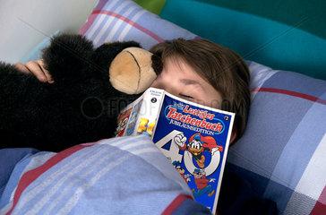 Schlafender Junge mit Buch