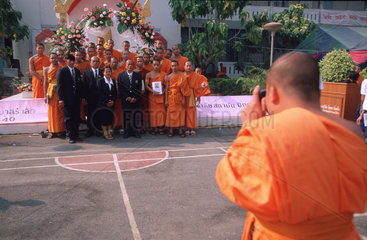 Thailaendische Moenche beim Gruppenfoto