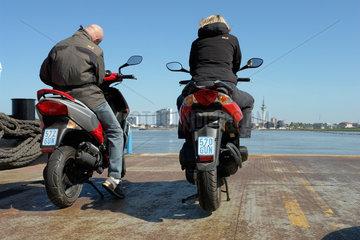 Moped-Paerchen auf der Faehre nach Bremerhaven