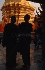 Buddhistische Moenche im Tempel