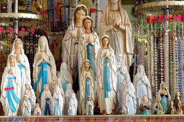 Lourdes: Marienstatuen in einem Laden fuer Devotionalien