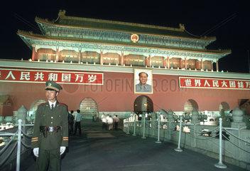 Hauptportal mit dem Foto von Mao Zedong