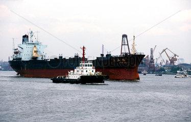 Hochseeschiff im Hafen von Shanghai