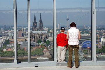Blick auf die Altstadt und Koelner Dom vom LVR-Turm  Koeln  Nordrhein-Westfalen  Deutschland / Look at the old part of town and Cologne cathedral of the LVR-Tower  Cologne  North Rhine-Westphalia  Germany