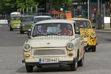 Berlin  Deutschland  Trabis des Autoverleihers Trabi-Safari fahren durch Berlin
