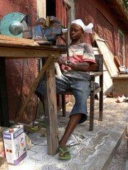 Elfenbeinschnitzer in der nigerianischen Hauptstadt Abuja