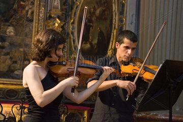 Sevilla  Spanien  junge Leute spielen Violine