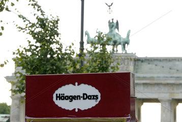 Haeagen-Dazs Werbung mit Quadriga des Brandenburger Tor im Hintergrund