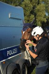 Dannenberg  Deutschland  Polizeibeamte im Biosphaerenreservat Niedersaechsische Elbtalaue