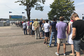 Berlin  Deutschland  Menschen warten auf die BVG-Faehre an der Station Wannsee der Stern- und Kreisschiffahrt