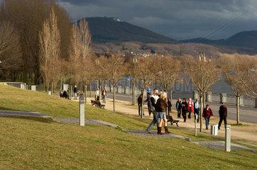 Spaziergaenger am Bonner Rheinufer