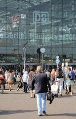 Berlin  Deutschland  Reisende vor dem Eingang des Hauptbahnhof am Europaplatz