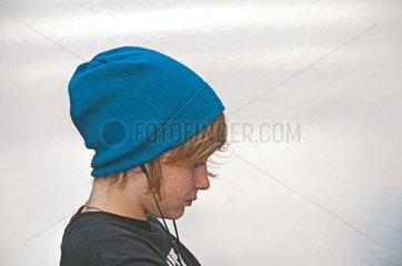 Zwoelfjaehriger Junge mit Kopfhoerer