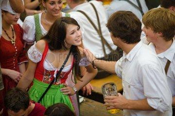 Junge Besucher im Bierzelt auf dem Oktoberfest