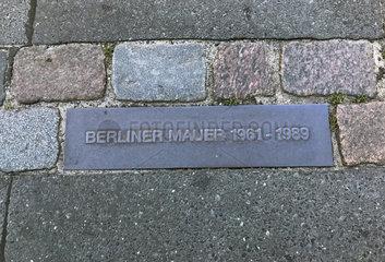 Berlin  Deutschland  Markierung des Mauerverlaufs auf einer Strasse