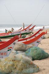 Fischerboot am Strand von Chennai  Suedindien