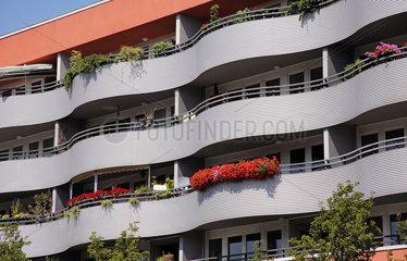 Berlin  Deutschland  Mietshaus mit Balkonen in Wellenform