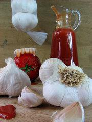 Vampirsgebiss in Tomate zwischen Knoblauch