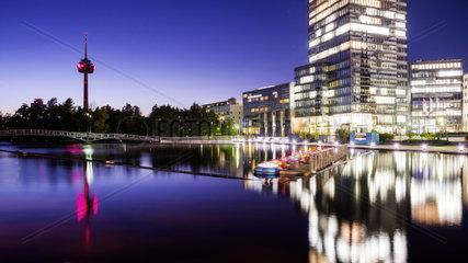 Nachtaufnahme Mediapark Koeln mit Koeln-Turm und Fernsehturm Colonius
