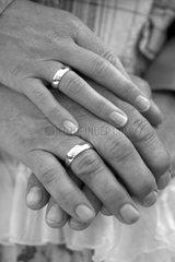 Haende eines Ehepaares liegen uebereinander