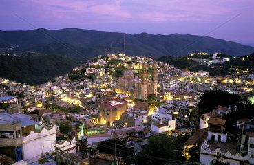 Abendstimmung in der mexikanischen Stadt Taxco de Alarcon