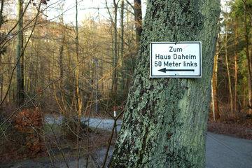 Wegweiser zum 'Haus Daheim'