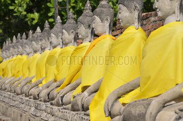 Thailand: Buddhastatuen am Chedi Chaya Mongkol