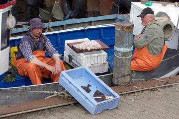 Fischer mit Fisch auf Fehmarn