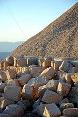 Statuenueberreste auf der Westterasse des tuerkischen Nemrut Dagi