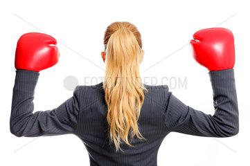 Durchboxen: Gesch__ftsfrau mit Boxhandschuhen