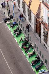 Ein vollbesetzter Motorrad-Parkplatz in Madrid