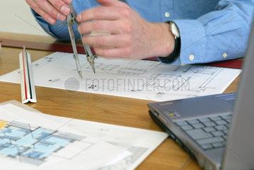 Architekt bei Berechnung eines Energiepasses