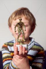 Junge mit Fussballpokal