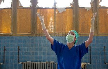 Chirurgin im verfallenen Operationssaal