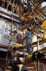 Baustelle  Bauarbeiter und Tageloehner  Pokhara  Nepal.Baustelle  Teamarbeit  Pokhara  Nepal