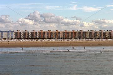 Calais. Bettenburgen fuer Touristen am Strand