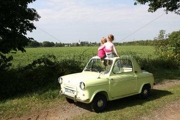Zwei Kinder auf einem VESPA 400