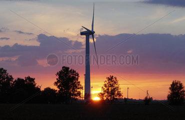 Windkraftraeder bei Sonnenuntergang in Ostfriesland