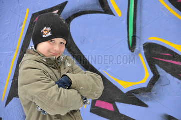 Achtjaehriger Junge vor Graffiti-Wand - model released -