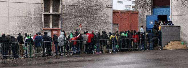 Fluechtlinge in Calais: Kleiderausgabe durch christliche Hilfsorganisation