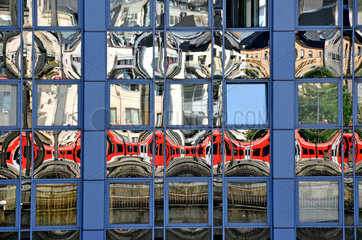 Regionalzug spiegelt sich in Glasfassade