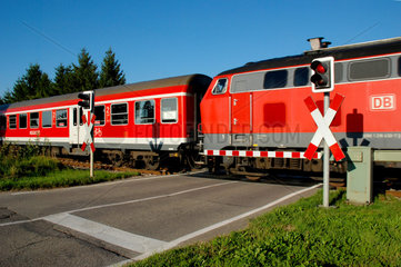 Nahverkehrszug der DB am Bahnuebergang