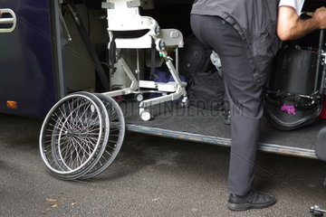 Rollstuhl im Reisebus