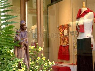 Fronleichnam: Marienstatue vor Schaufenster