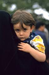 Iranisches Maedchen auf dem Arm der Mutter