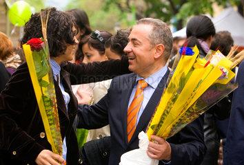 Barcelona  Spanien  Menschen umarmen sich auf der Strasse am Sant Jordi Tag