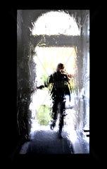 Verschwommener Mann betritt Hausflur