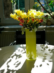 Blumenstrauss und Lichtspiele der Sonne
