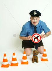 Berlin  Symbolfoto eines komischen Polizisten